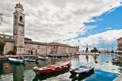 Puerto de Lazise en el lago Garda - Italia Fotos de archivo