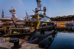 Puerto de Mónaco en luz de la puesta del sol Foto de archivo libre de regalías