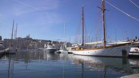 Puerto de Marsella Vieux y la Garde 4K video de Notre Dame de almacen de video