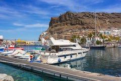 Puerto de Mogan,在大加那利岛的一个小捕鱼港口小游艇船坞  库存照片