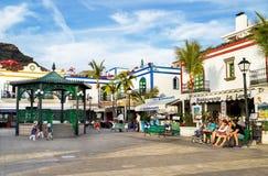 Puerto de Mogan, †«17-ое января 2016 Испании: Люди наслаждаясь красивым курортом Puerto de Mogan Gran Canaria, Канарские остров Стоковые Изображения