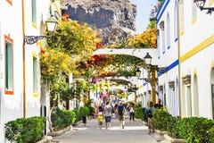 """Puerto de Mogan, †de España """"23 de enero de 2016: Centro turístico hermoso Puerto de Mogan del enjoyin de la gente Gran Canaria Fotografía de archivo libre de regalías"""