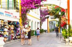 """Puerto de Mogan, †de España """"23 de enero de 2016: La gente está en el centro turístico de lujo Puerto de Mogan Gran Canaria, is Imagen de archivo libre de regalías"""