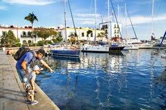 """Puerto de Mogan, †de España """"17 de enero de 2016: La gente está en el centro turístico famoso Puerto de Mogan Gran Canaria, isl Imagenes de archivo"""