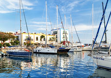 """Puerto de Mogan, †de España """"17 de enero de 2016: Vista del puerto deportivo en el centro turístico famoso Puerto de Mogan Isla Fotografía de archivo libre de regalías"""