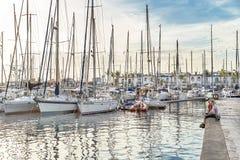 """Puerto de Mogan, †della Spagna """"17 gennaio 2016: La gente gode del tramonto nella località di soggiorno famosa Puerto de Mogan  Fotografie Stock"""