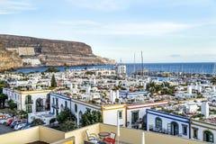 """Puerto de Mogan, †della Spagna """"17 gennaio 2016: Vista aerea delle case e del porticciolo nel Puerto de Mogan Fotografie Stock"""