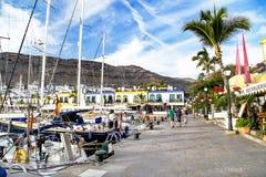 Puerto de Mogan, †de l'Espagne «le 23 janvier 2016 : Beautifulresort Puerto de Mogan d'enjoyin de personnes Mamie Canaria, Île Photos libres de droits