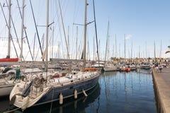 Puerto de Mogan, θλγραν θλθαναρηα στην Ισπανία - 16 Δεκεμβρίου 2017: Τουρίστες στον περίπατο Puerto de Mogan, sailboats και Στοκ εικόνα με δικαίωμα ελεύθερης χρήσης