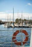 Puerto de Mogan, θλγραν θλθαναρηα στην Ισπανία - 16 Δεκεμβρίου 2017: Sailboats στο λιμάνι που βλέπει από το πορθμείο, με το α από Στοκ Εικόνες