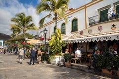 Puerto de Mogan, Gran Canaria в Испании - 16-ое декабря 2017: Туристы идя на прогулку и есть на ресторане Стоковое фото RF