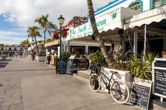 Puerto de Mogan, Gran Canaria в Испании - 16-ое декабря 2017: Bicycle припаркованный вне ресторана ирландскую харчевню внутри Стоковые Изображения