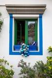 Puerto de Mogan, Gran Canaria in Spanien - 16. Dezember 2017: Fenster in einem Restaurant mit Blau- und Silberweihnachten Stockfotografie