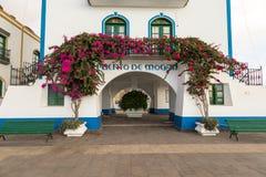 Puerto de Mogan, Gran Canaria in Spanien - 16. Dezember 2017: Puerto de Mogan, rosa und rotes Blumenwachsen über dem Bogen lizenzfreie stockbilder