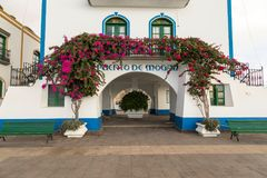 Puerto DE Mogan, Gran Canaria in Spanje - December 16, 2017: Puerto de bloemen die van DE Mogan, roze en rode over de boog groeie royalty-vrije stock afbeeldingen