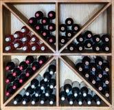 Puerto DE Mogan, Gran Canaria in Spanje - December 16, 2017: wijnflessen in een rek bij een restaurant, vierkant beeld worden opg royalty-vrije stock foto