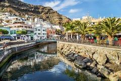 "Puerto de Mogan, Spanien-†""am 17. Januar 2016: Ansicht des Kanals, stillstehende Leute im Restaurant in Puerto de de Mogan Stockbilder"