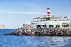 "Puerto de Mogan, Spanien-†""am 17. Januar 2016: Ansicht des Leuchtturmes mit kleinem Restaurant im berühmten Erholungsort Puerto Stockfotografie"