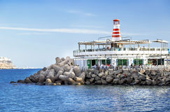 """Puerto DE Mogan, Spanje †""""17 Januari, 2016: Mening van de vuurtoren met klein restaurant in de beroemde toevlucht Puerto DE Mog Stock Fotografie"""