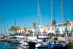 Puerto DE Mogan, traditioneel Spaans dorp in het eiland van Gran Canaria, haven met boten op een kalme zonnige de zomerdag stock afbeeldingen