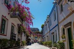 Puerto DE Mogan traditionele stegen en straten met rond niemand dit Spaanse dorp in het eiland van Gran Canaria met bloemen royalty-vrije stock afbeeldingen