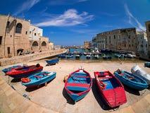 Puerto de Monopoli, Italia, con los barcos coloridos imágenes de archivo libres de regalías