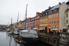 Puerto de Nyhavn en Copenhague imagenes de archivo