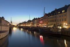 Puerto de Nyhavn por la noche, Copehagen imagen de archivo