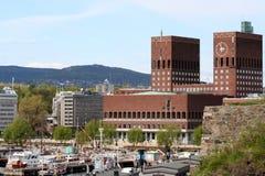 Puerto de Oslo con ayuntamiento Foto de archivo libre de regalías