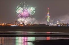 Puerto de Portsmouth, fuegos artificiales de los muelles de Gunwharf con reflexiones Imagen de archivo