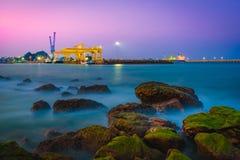 Puerto de Prachuap en el tiempo crepuscular imagen de archivo libre de regalías