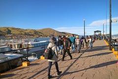 Puerto de Puno, adonde la gente tiene acceso a la isla flotante de Uros de la ciudad de Puno, Perú imagen de archivo libre de regalías