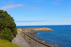 Puerto de Ribeira Quente debajo del cielo azul en verano, Azores, Portugal Imagen de archivo
