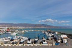 Puerto de Roquetas Del Mar Коста de AlmerÃa в AndalucÃa Испании с шлюпками в гавани Стоковые Изображения