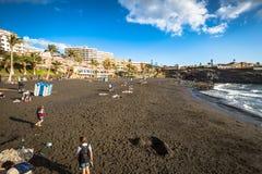 Puerto de Santiago, Spanien 19 mars 2015: Turister vilar på Royaltyfri Fotografi