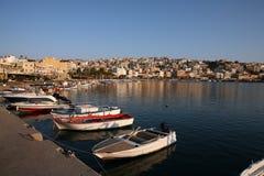 Puerto de Sitia con los barcos Crete Grecia fotografía de archivo libre de regalías