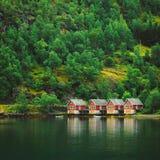 Puerto de Sognefjord en Flam, Noruega Muelles de madera rojos Fotos de archivo libres de regalías