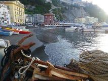Puerto de Sorrento con los barcos, los hoteles y el ancla imagen de archivo libre de regalías
