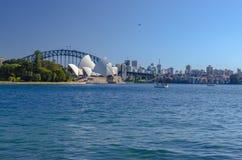 Puerto de Sydney con el puente del teatro de la ópera y del puerto Foto de archivo