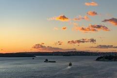Puerto de Sydney con el transbordador móvil en salida del sol fotografía de archivo libre de regalías