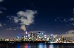 Puerto de Sydney y edificios céntricos Foto de archivo libre de regalías