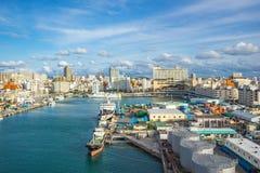 Puerto de Tomari con horizonte de la ciudad de Okinawa en Naha, Okinawa, Japón fotos de archivo libres de regalías