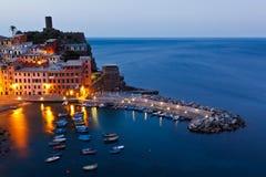 Puerto de Vernazza en la luz de la mañana Foto de archivo libre de regalías