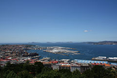 Puerto de Vigo y de su ciudad imagen de archivo libre de regalías