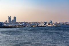 Puerto de Yokohama y bahía de Tokio en la puesta del sol foto de archivo libre de regalías