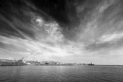 Puerto debajo de un cielo dramático Fotos de archivo