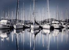 Puerto del barco de vela por la tarde Foto de archivo