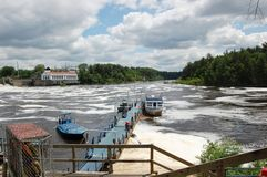 Puerto del barco en el lago del río Foto de archivo libre de regalías