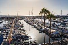 Puerto del canotaje con veleros más grandes en Tenerife foto de archivo