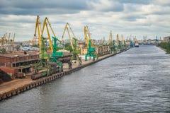 Puerto del cargo de St Petersburg Grúas y otras instalaciones de puerto Foto de archivo libre de regalías